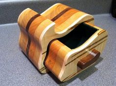 Wood projects out of logs and easy wood whittling projects. Tip 3983 Bandsaw Projects, Whittling Projects, Wood Projects For Beginners, Diy Wood Projects, Woodworking Box, Easy Woodworking Projects, Wood Pallet Wine Rack, Box Maker, Diy Wood Bench