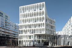 Арочное здание в пригороде Парижа