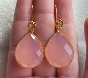 Vergulde zilveren bezel oorbellen met grote roze Chalcedoon