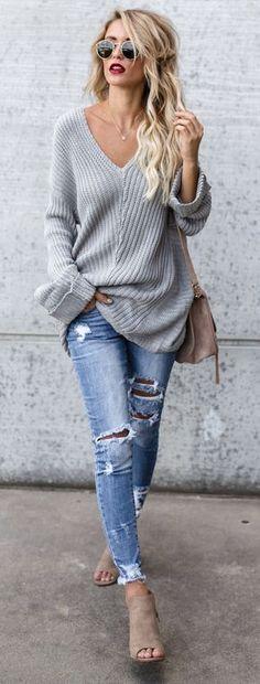 f638b65de896  Winter  outfits grauer Cordpullover mit V-Ausschnitt und blaue Jeans im  Used-