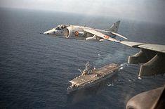 An MATADOR (Harrier) flies over the Spanish aircraft carrier Dédalo Stol Aircraft, Navy Aircraft, Military Aircraft, Aircraft Parts, Fighter Aircraft, Fighter Jets, Hms Ark Royal, Spanish Air Force, Aircraft Interiors