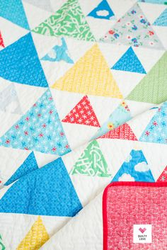 Bounce Triangle Peaks by QuiltyLove.  Fast and easy triangle quilt uses fat quarters or your fabric stash.  #trianglequilt #quiltpattern #modernquilting Beginner Quilt Patterns, Modern Quilt Patterns, Star Quilt Patterns, Quilting Tutorials, Quilting Projects, Cute Quilts, Mini Quilts, Triangle Quilt Pattern, Triangle Quilts