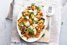 15 maart - Aubergines in de bonus - Lekker veel groenten: zo haal je je 2 ons heel makkelijk. Met kruidig basilicum en pittige chilipeper - Recept - Allerhande