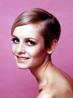 March 20 1967 - Fashion model, Twiggy, arrived in the United States on a first visit for a one-week stay. She quickly became the most sought-after subject of photographers due to her terrifically skinny-yet-wholesome good looks. Beauté Blonde, Blonde Beauty, Hair Beauty, Twiggy Haircut, Twiggy Model, Twiggy Style, Best Beauty Tips, Beauty Hacks, Pretty Short Hair