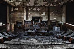 Een verlaten Collega zaal ergens in België, in een Urbex Abandoned serie gefotografeerd. Een prachtige plaat voor aan uw muur.  De foto is nu te koop voor aan de muur.