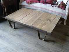 Table basse / palette industrielle . Atelier Sixteen, brocante à Pierrefonds, France . http://ateliersixteen.e-monsite.com/