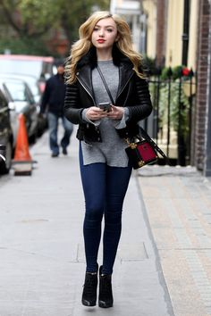 Peyton List out in London. This photo Makes me feel a little home sick. I loved London. Peyton Roi, Peyton List Jessie, Emma Ross, Looks Chic, Girl Crushes, Celebrity Style, Celebrity Couples, Celebrity News, Cute Outfits