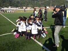 Mais um ensinamento do futebol: união, companheirismo. Depois do título, nossos atletas rezam e agradecem a Deus pela conquista.