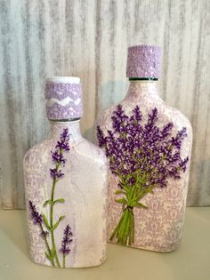 Hand decoupaged on the bottles. I used acrylic white, napkins with motifs of lavander and decorative lace. Glass Bottle Crafts, Wine Bottle Art, Painted Wine Bottles, Lighted Wine Bottles, Diy Bottle, Painted Mason Jars, Bottles And Jars, Bottle Lights, Glass Bottles