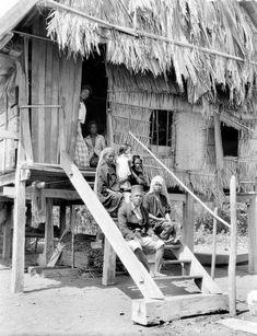 Een gezin van Soembawa op de trap van zijn woning. Before 1943