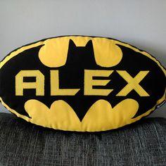 Ejemplo de cojín Batman personalizado con el nombre.