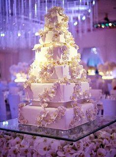 Fabulous Wedding Cake Table Decoration /stunning lighting ♥