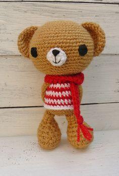 Kleiner gehäkelter Bär *Mischa*, libevoll gehäkelt, sucht einen neuen Freund. *Mischa ist beige und trägt ein Rot-Weiß gestreiftes T-schirt und einen Roten Schal. Tolles Geschenk nicht nur zur...