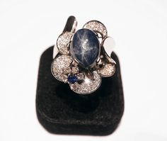Important 18 kt white gold ring weight 26 g size: 3.3 x 2.5 cm - with diamonds and cabochon star sapphire 16 kt, surrounded by diamonds kt 1,51 and sapphire  kt kt 0.11 - Dogale Jewellery Venice Italy