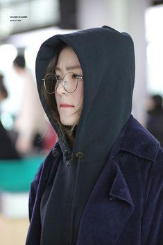 Irene-Redvelvet 181103 Gimpo Airport to Jeju South Korean Girls, Korean Girl Groups, Ulzzang, My Bebe, Korean Couple, Red Velvet Irene, Velvet Fashion, Airport Style, Airport Fashion