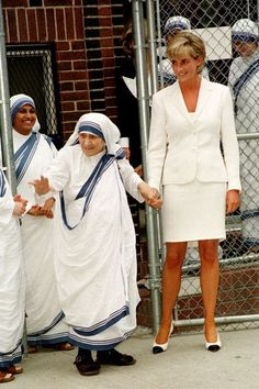 Diana and Mother Teresa formed a tight bond after Diana visited Mother Teresa's Home for the Dying in India in and they often collaborated on charitable projects. Here, they visit in the Bronx in June Two months later, Diana would be dead. Lady Diana Spencer, Elisabeth Ii, Diane, Princess Of Wales, Fashion Today, Queen Elizabeth, Kate Middleton, Beautiful People, Beautiful Women