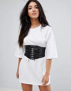 ¡Consigue este tipo de vestido informal de Glamorous ahora! Haz clic para ver los detalles. Envíos gratis a toda España. Vestido estilo camiseta con detalle de corsé en la cintura de Glamorous: Vestido de Glamorous, Punto suave al tacto, Cuello redondo, Cinturón estilo corsé, Corte estándar - se ajusta al tallaje real, Lavar a mano, 100% algodón, Modelo: Talla UK 8/EU 36/USA 4; Altura de 175 cm/5'9. Una ecléctica mezcla de influencias vintage y ropa de fiesta contemporánea son el co...