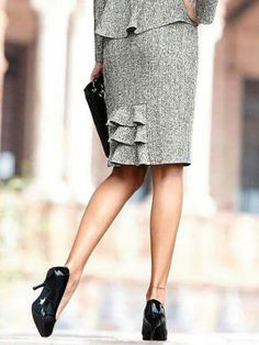 Neat detail on skirt back Work Skirts, Cute Skirts, Work Fashion, Fashion Details, Fashion Design, Pencil Skirt Outfits, Classic Skirts, African Fashion Dresses, Work Attire