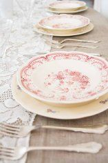 rød og gustavsberg #borddekking #vintage #table setting Mittens, Table Settings, Plates, Tableware, Wedding, Decorating, Fingerless Mitts, Licence Plates, Mariage