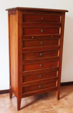 Dresser with seven drawers in mahogany solid wood. H: 138 cm - W: 76 cm - D: 43 cm.