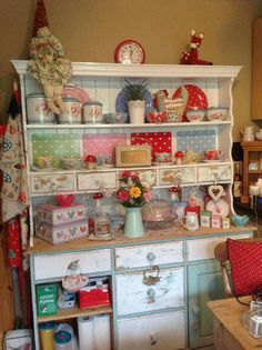 I wand something like this in my cabin with Pioneer Woman didshes! Kitchen Layout, New Kitchen, Vintage Kitchen, Kitchen Decor, Kitchen Ideas, Kitchen Hutch, Kitchen Utensils, Kitchen Inspiration, Pioneer Woman Kitchen
