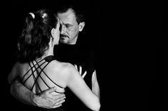 A sensual dança portenha exala emoção, poder e elegância com movimentos fortes e performáticos.