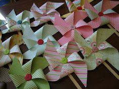 Carta coloratissima stampata fronte/retro per il primo compleanno della piccola Vittoria Maria!   Sul retro una tag con le indicazioni per ...