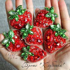 Repost @mariyasipatova123 by @media.repost: Витаминное настроение :)) Ягодки выполнены на заказ. Более 6 оттенков хрустальных биконусов,камни Стекло красного и зеленых оттенков, канитель, стразовая лента 2-х цветов,Чешский бисер, Изнанка: Японские застежки,эко.кожа. . НЕТ в наличии. Возможен повтор Крупная ягода 7,5 х 5,5 см = 1100 р. Поменьше ягодка 6 х 5 см = 900 р. Комплект 1800 р. . #berrybrooch #broochberry #jewellery #fashionbroich #broochwithlove #cuteberry #sale #брошьягода…