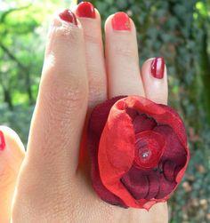 Anello con fiore di seta, in rosso prugna bordeaux di Luciana Torre - accessori tessili handmade e ceramica dipinta a mano. Pezzi unici su DaWanda.com