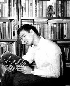 I don't know if a lot of people know this but Bruce Lee loved to read. He not only read books in English but he had tons of books in Chinese (I think it's Manderine) on Martial Arts that he would study. Bruce Lee Fotos, Brice Lee, People Reading, Celebrities Reading, Ju Jitsu, Brandon Lee, Martial Artist, Lectures, Rare Photos