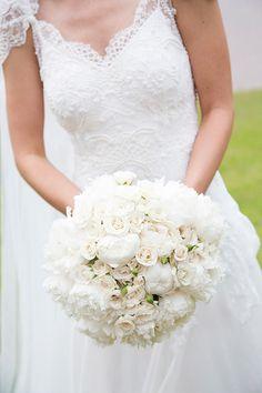 Bouquet de noiva clássico branco - peônias e rosas ( Foto: Flavia Vitoria | Bouquet: André Pedrotti Flores )