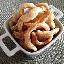Aprenda a fazer torresmo de panela de pressão facilmente! #receitas #comida #torresmo Onion Rings, Tapas, Bacon, Food And Drink, Low Carb, Cooking, Ethnic Recipes, Pernil, Finger Food Recipes