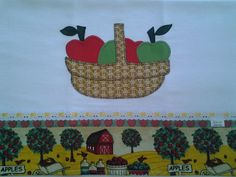 Pano de prato com barrado de tecido, acabamento em passa-fita e fita de cetim, com aplicação de patch aplique com motivo de cesta de maçãs.. <br> <br>Ótimo produto para embelezar sua cozinha ou dar de presente a alguém querido!
