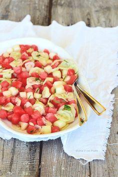 Fresca, colorata ed invitante una genuina insalata di cocomero, melone, cetriolo, basilico e santoreggia.