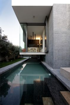 Unique Small House Design with Modern Decoration: Fabulous Long Pool Suspended Home Architecture Narrow Garden Design Architecture Résidentielle, Amazing Architecture, Contemporary Architecture, Installation Architecture, Contemporary Houses, Sustainable Architecture, Modern Contemporary, Design Exterior, Pool Designs