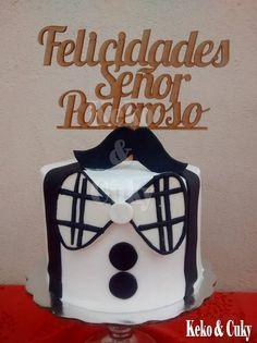 Pastel para cumpleaños de merengue con decoraciones en fondant