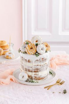 Donut cake without baking! Perfect as a birthday cake or wedding cake. More on our online magazine www. Donut Wedding Cake, Wedding Donuts, Pretty Birthday Cakes, Pretty Cakes, Bolo Macaron, Bolo Tumblr, Food Cakes, Cupcake Cakes, Nake Cake
