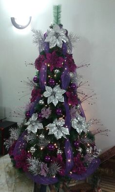 rbol de navidad de color morado y plateado