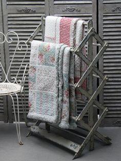 Retro dřevěný stojan na ručníky nebo na sušení prádla je bíle lakovaný s výraznou patinou. Stojí 3849 Kč; Bella rose