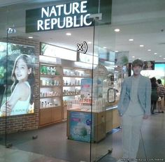 Baekhyun and Taeyeon was spotted together at the mall ... LOL