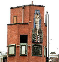 """Aan de Berlagebrug 1932 zit een reliëf (4 m hoog) dat aan de waterkant van het brugwachtershuisje geplaatst is. De Genius van Amsterdam, """"de zinnebeeldige beteekenis van afsluiting van het stadswater van den Amstel."""" Hildo Krop heeft het model in samenwerking met Berlage gecomponeerd en is door de Porceleyne Fles in Delft in geglazuurd keramiek uitgevoerd."""