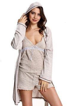 TERRA. Dámské pyžamo v setu s županem v přírodní barvě, ve které si budete připadat příjemně mladistvě a zároveň sexy pro svou drahou polovičku.