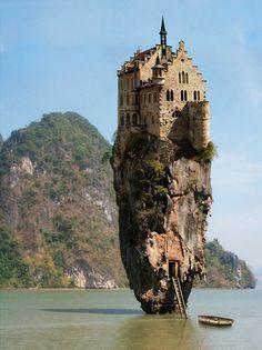 """La """"isla del castillo"""" en Dublín, Irlanda.  La verdad :  un castillo alemán en una de las islas Ko Tapu en Tailandia."""
