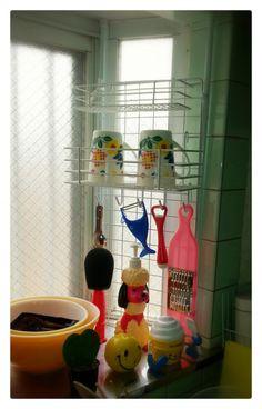 突っ張り棒とネットで出窓に収納棚|暮らしニスタ