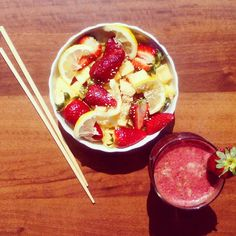 Lunch  beet-strawberry juice and fruit salad - pineapple, strawberries, lemon and sesame seeds! Summer vibesssss ~~~ ☀#801010 #rawtill4 #feelthelean #freeleethebananagirl #rawvegan #fruitporn #fruit #whatveganseat #vegansofig #yummyinmytummy #summervibes #lunch #cleaneating #fitchicks