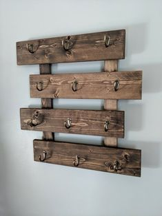 Wooden Pallet Crafts, Wooden Pallet Projects, Wooden Diy, Easy Small Wood Projects, Repurposed Wood Projects, Coffee Mug Display, Coffee Mug Wall Rack, Coffee Mugs, Diy Hat Rack