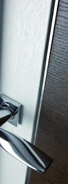 468eb936268c Se trata de un juego de manillas modelo Sasha en Cromo Brillo sobre una  puerta lacada. Manistil
