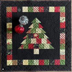 Christmas Quilting Projects, Christmas Patchwork, Christmas Quilt Patterns, Christmas Tree Quilted Table Runner, Christmas Tree Quilt Block, Xmas Table Runners, Mini Quilt Patterns, Christmas Runner, Small Quilts