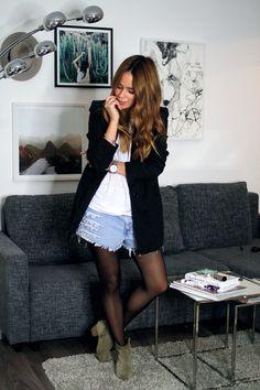 Ob DIY oder schon vorgefertigt, ripped Jeans bieten eine tolle Möglichkeit, einfache Looks aufzupeppen und sie weniger nach Basic aussehen zu lassen. Sie sind vielseitiger zu kombinieren als man denkt, und können auch zu einen schicken Look kombiniert werden. Heute zeige ich euch meine fünf liebsten ripped-jeans-Modelle in fünf verschiedenen Looks. 1. Minimal Ripped Girlfriend …