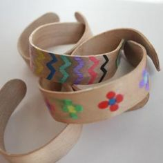 A Funny and Creative way to experiment with Wood Water Absorption. Make some wooden Bracelets with Craft or Popsicle Sticks. Activities For Kids, Crafts For Kids, Arts And Crafts, Science Experiments, Science Ideas, Dog Bowls, Projects To Try, Wood, Bracelets